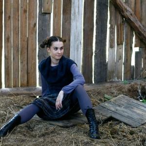 Fashion, modelka siedząca na deskach w stodole