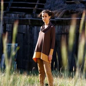 Fotografia mody, modelka na łonie natury przy stodole