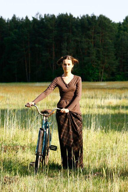 Fotografia mody, modelka spacerująca z rowerem na łonie natury