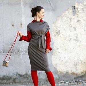 Fotografia mody, modelka w szaro-czerwonym stroju