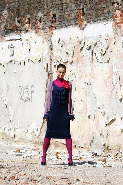 Fotografia mody, modelka na tle obdrapanego muru