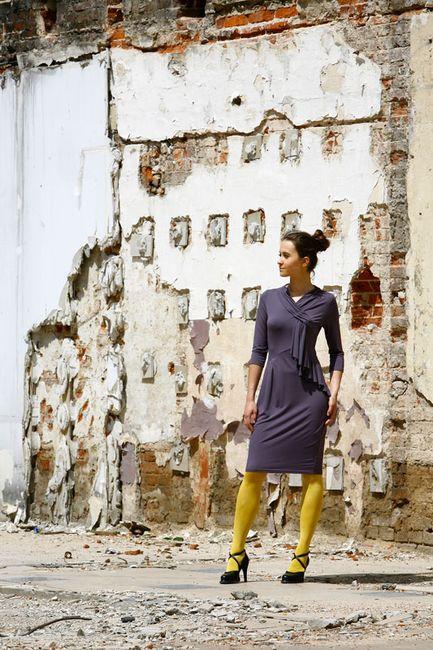 Fotografia mody, modelka w fioletowej sukience na tle starego muru