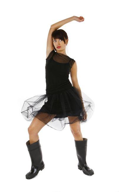 Fotografia mody, modelka w czarnej krótkiej sukience