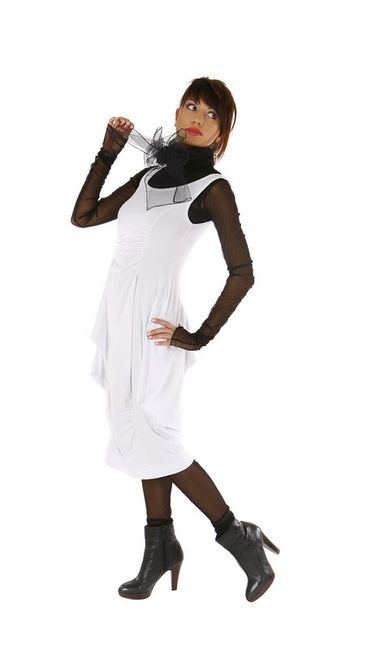 Fotografia mody, modelka w białej sukience z czarnymi dodatkami