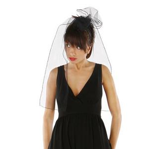 Fotografia mody, modelka w czarnej sukience z welonem