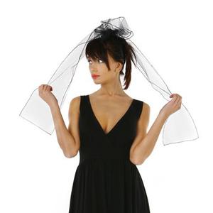 Fotografia mody, modelka w czarnej sukience trzymająca welon