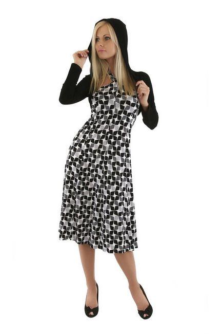Fotografia mody, modelka w sukience w romby z kapturem na głowie