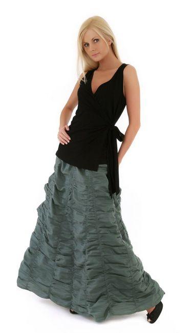 Fotografia mody, blond modelka w czarnej bluzce i szarej spódnicy w falbany