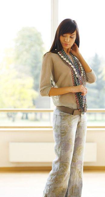 Fotografia mody, modelka w jasnym stroju z koralami na szyji