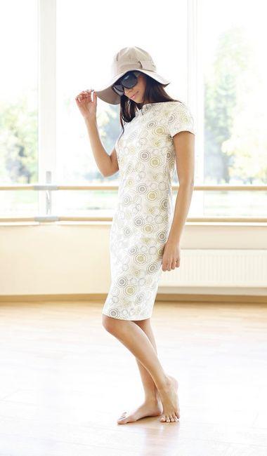 Fotografia mody, bosa modelka w jasnej sukience, okularach i kapeluszu