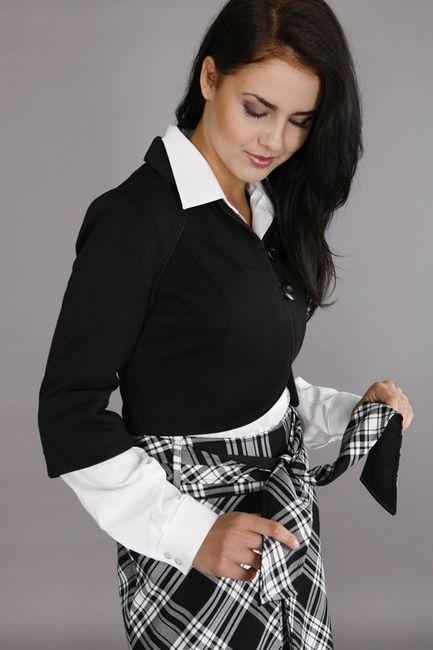 Fotografia mody, modelka w sukience w czarno-białą kratę, białej koszuli i czarnym sweterku