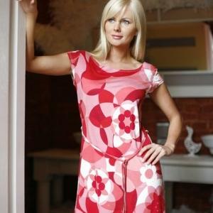 Fotografia mody, blond modelka w czerwono białym stroju w kwiaty