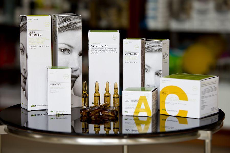 packshot fotografia produktu, zestaw kosmetyków na szklanym stole