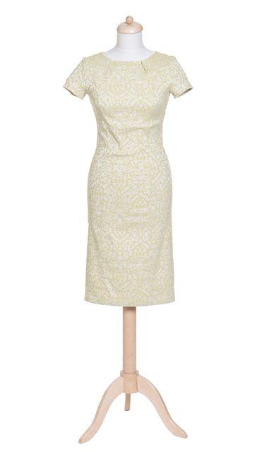 Packshot fotografia jasnej sukienki na manekinie