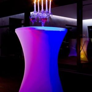 Packshot dwie lampki wina i świecznik na stole