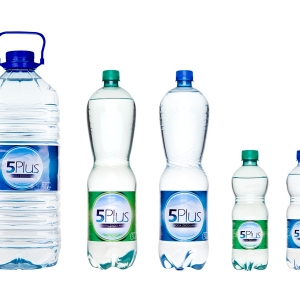 Packshot fotografia produktu 5 butelek wody 5 Plus różnej wielkości