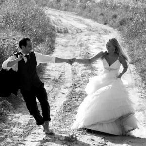 Fotografia ślubna - sesja plenerowa na drodze pośród łąk