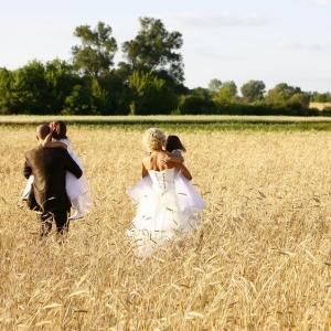 Fotografia ślubna - sesja plenerowa na łące wśród zbóż