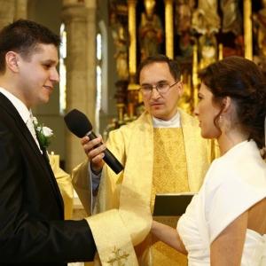 Fotografia ślubna, para młoda podczas przysięgi małżeńskiej