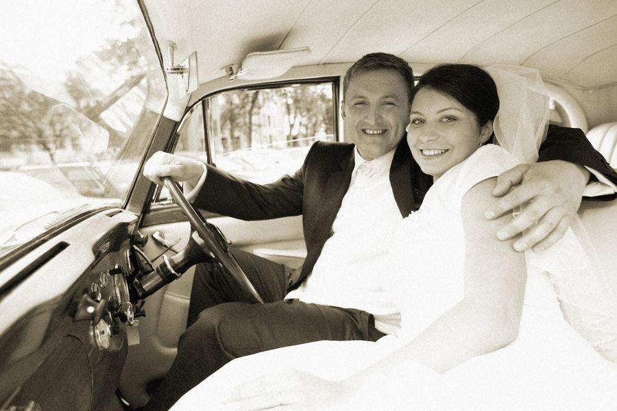 Fotografia ślubna, para młoda w samochodzie