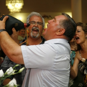 Ślub na wesoło, mężczyźni pojący alkohol