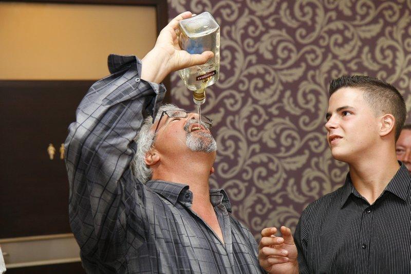 Ślub na wesoło, mężczyzna pijący alkohol z butelki