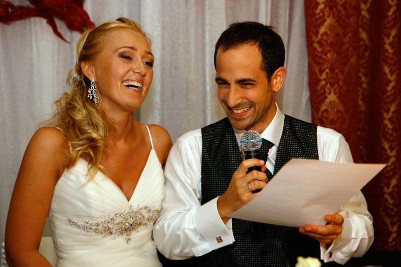 Fotografia ślubna - wesele, para młoda czytająca przy mikrofonie