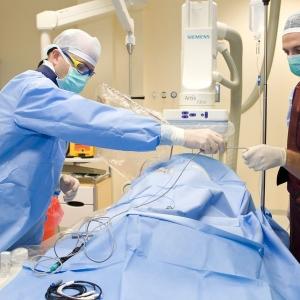 fotografia wizerunkowa kliniki, lekarze przy stole operacyjnym