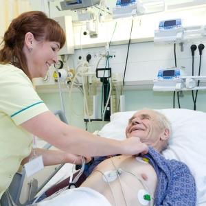 fotografia wizerunkowa kliniki, pielęgniarka bada pacjenta