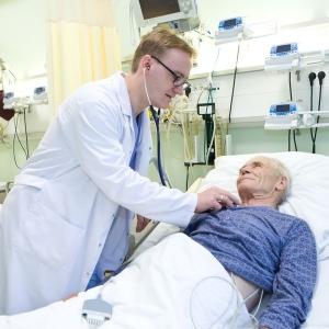 fotografia wizerunkowa kliniki, lekarz badający pacjenta