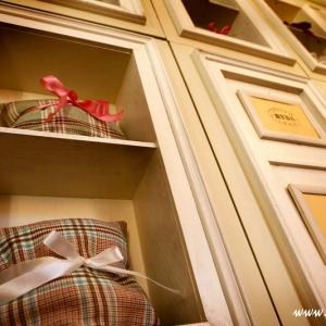 półki z prezentami