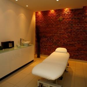 fotografia wizerunkowa, gabinet ze stołem do masażu