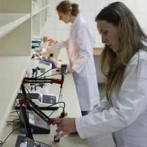 fotografia wizerunkowa, kobiety pracujące w labolatorium