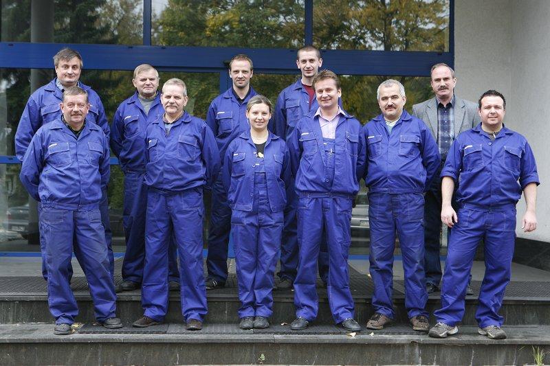 fotografia wizerunkowa, pracownicy firmy w niebieskich kombinezonach