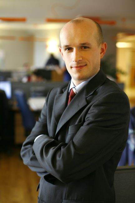 fotografia wizerunkowa pracownika firmy w garniturze