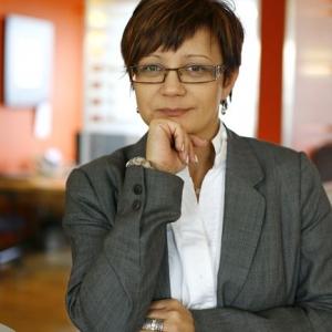 fotografia wizerunkowa kobiety w szarej garsonce