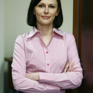 fotografia wizerunkowa, kobieta w różowej koszuli