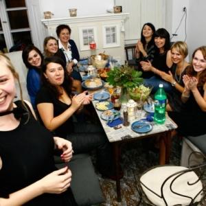 Wieczór panieński, kolacja przy stole
