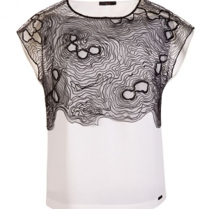 packshot - fotografia produktu, biała bluzka