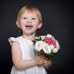 Zdjęcie ze chrztu -dziewczynka z kwiatami