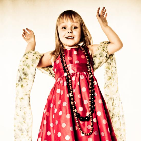 Dziewczynka w kolorowej sukni