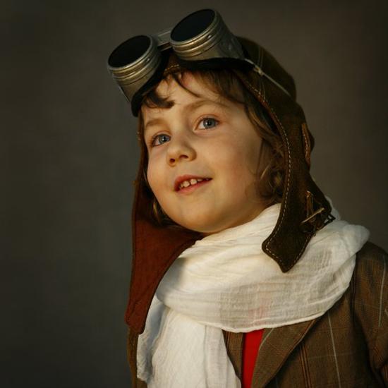 Dziewczynka w stroju pilota