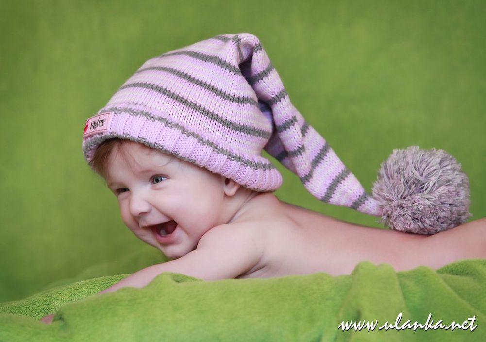 fotografia dziecięca, zdjęcia noworodków i niemowlaków, śmiejący się niemowlak w czapce wełnianej
