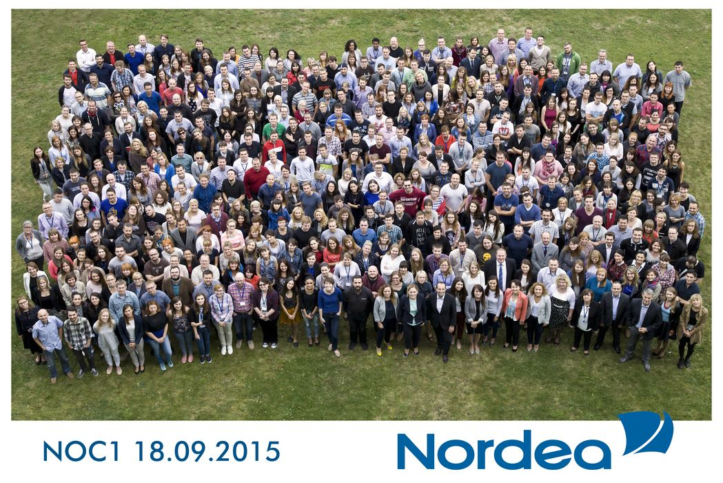 Fotografowanie eventów firmowych - Zdjęcie grupowe pracowników banku Nordea