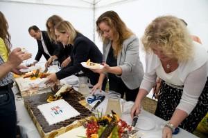 Fotografowanie eventów firmowych - krojenie tortów przez kierownictwo banku Nordea