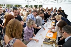 Fotografowanie eventów firmowych - krojenie i rozdawanie tortu