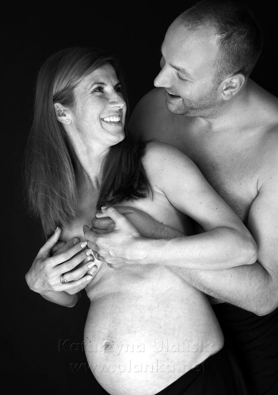 Zdjęcie ciążowe - uśmiechnięci małżonkowie