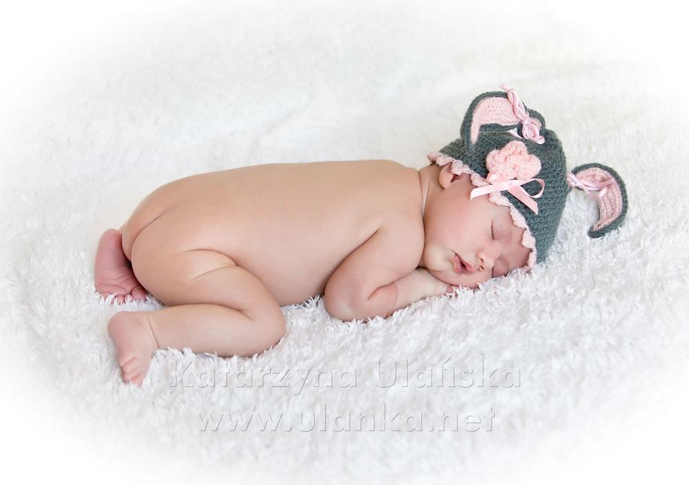 Fotografia noworodkowa - zdjęcie noworodka na białym kocyku